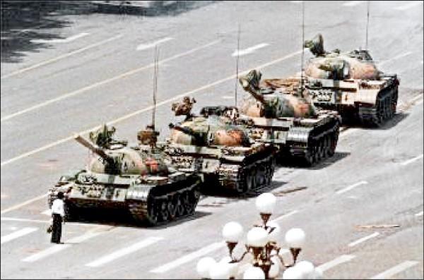 六四事件的代表性影像「坦克人」。(圖取自網路)