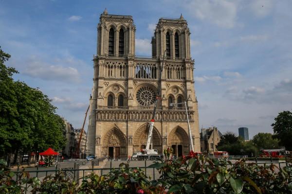 巴黎警方初步調查發現,巴黎聖母院起火原因疑似為電線短路走火。(法新社)