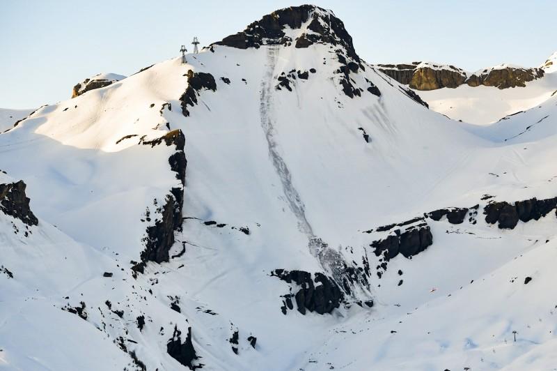 The North Face簽約贊助的3名登山家,在攀登加拿大海拔3295公尺的豪斯峰(Howse Peak)時不幸遇到雪崩,3人都被推定罹難。山脈雪崩示意圖。(美聯社)