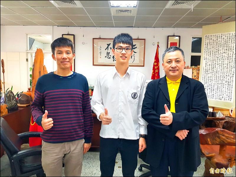 苗栗高中學生李俊毅(中)錄取高雄醫學大學醫學系,校長黃國峰(右)、導師楊文華(左)替他開心。(記者彭健禮攝)