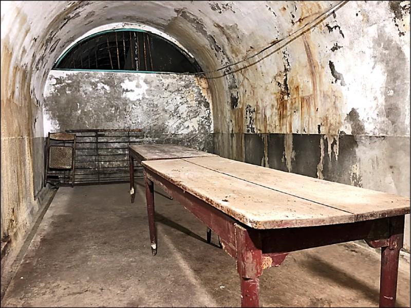 鼓山洞裡疑似警總時期的偵訊室。(記者王榮祥翻攝)