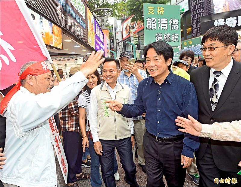 前行政院長賴清德昨在台北西門町舉行簽書會,有支持者舉著「賴清德選總統」等標語,到徒步街入口迎接賴清德。(記者方賓照攝)