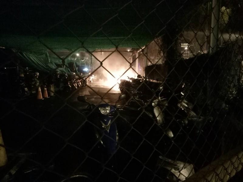 烏日高鐵站附近停車場凌晨冒火 52輛機車受損