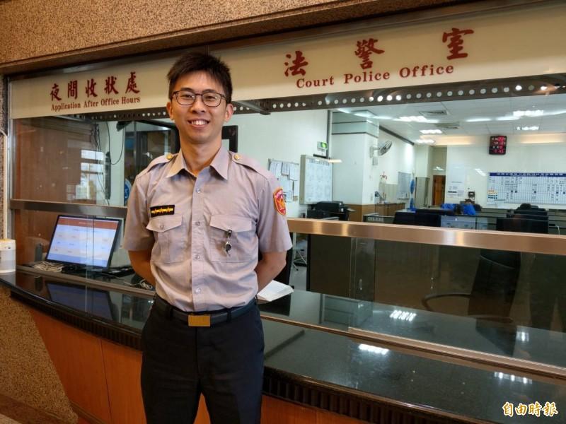 全國警察換穿新式制服,但穿著同一套舊制服的法警,未同步更換,成為目前仍穿著警察舊制服的單位。(記者張議晨攝)