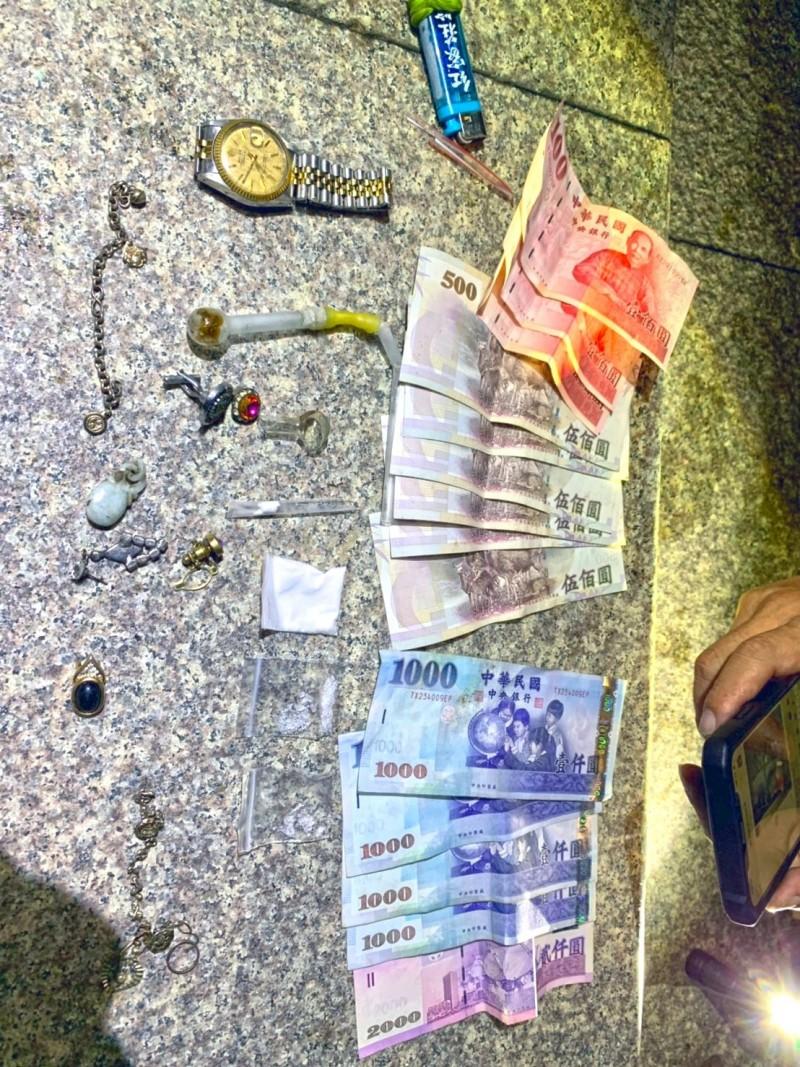 警方起出贓款及贓物。(記者洪臣宏翻攝)