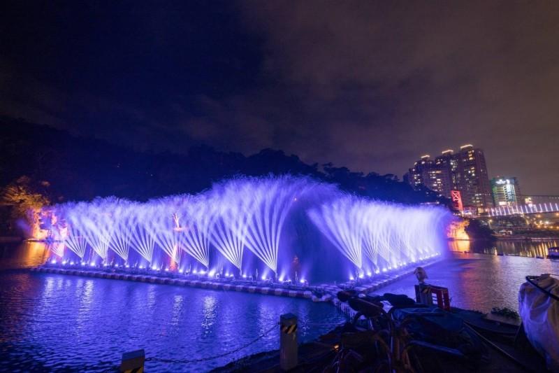 春天夜晚到碧潭觀賞水舞,增添夜色浪漫情趣。(新北市觀旅局提供)