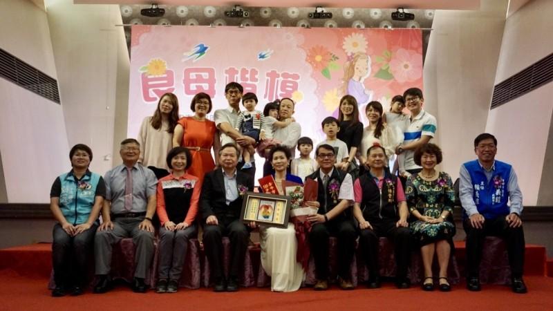 太平公所表揚38位模範母親 子女奉茶好感人