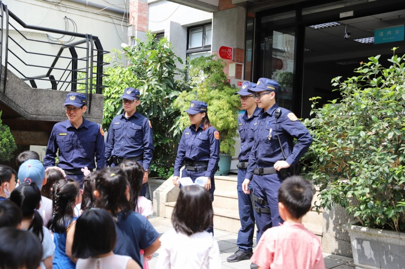 警穿新裝三峽老街亮相 生存遊戲玩家直喊同學