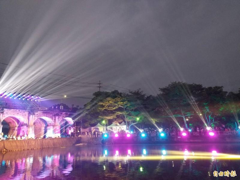 新竹縣客家桐花祭今晚在關西鎮東安古橋登場,照射在五拱古橋的絢爛光雕秀,驚喜聲連連,為桐花祭開幕活動劃下浪漫的句點。(記者廖雪茹攝)