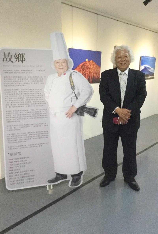 旅日45年的總舖師攝影家劉俊茂在新營首展台日情懷攝影展。(記者楊金城翻攝)(記者楊金城攝)