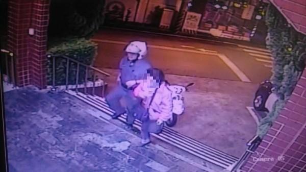 吳婦不知道自己涉嫌偽造文書,被警方帶回警所。(記者王捷翻攝)