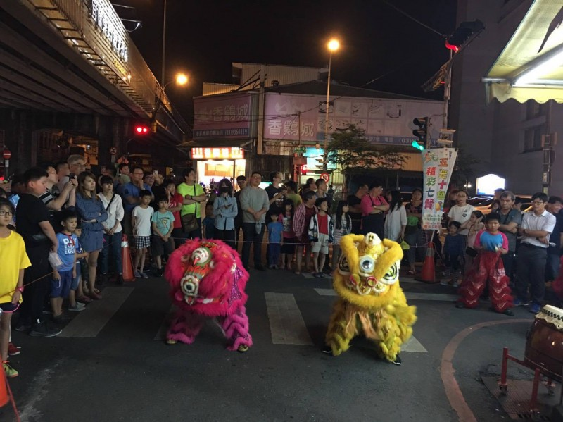 宣傳50週年校慶 七賢國小足球、舞獅隊夜市快閃跳舞