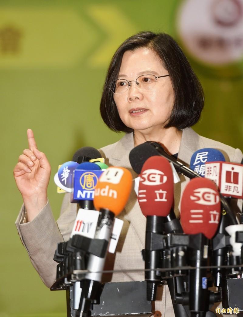 總統蔡英文出席「走向未來世界從5+2開始」產業徵才博覽會,接受媒體採訪,反擊韓國瑜稱她沒當過兵說。(記者方賓照攝)