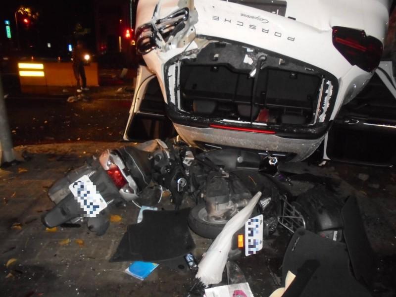 保時捷休旅車四腳朝天翻覆,車頂還被消防栓貫穿。(記者許國楨翻攝)
