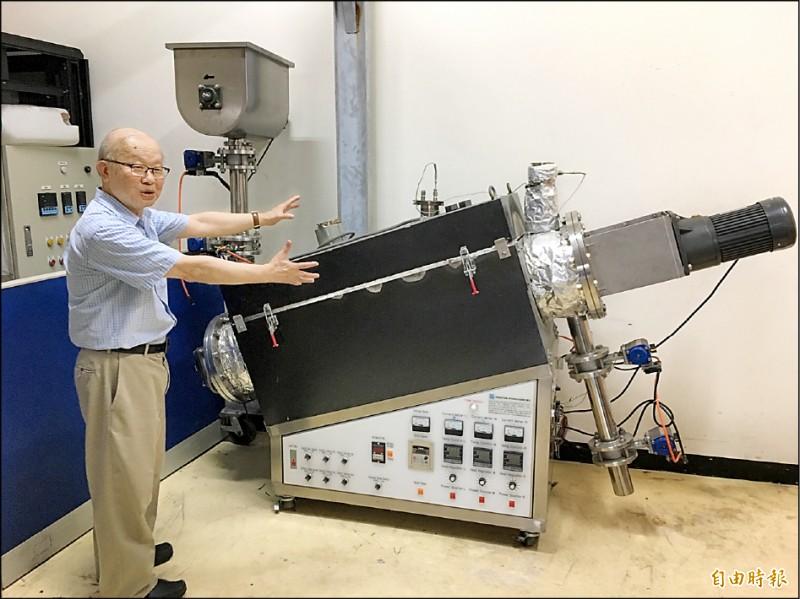 王啟聖解說「電光電漿重組器」,可有效處理廢棄物,產生富氫氣體供乾淨發電。(記者楊綿傑攝)
