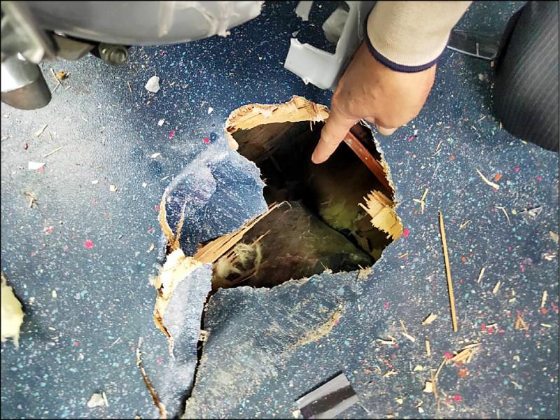 落石因撞擊力道強烈,貫穿車頂後還卡入車內地板。(記者王峻祺翻攝)