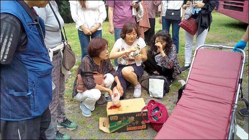 韓國籍姜姓女遊客右腳趾受傷,一旁親友全程目睹落石砸車意外,心有餘悸。(記者王峻祺翻攝)