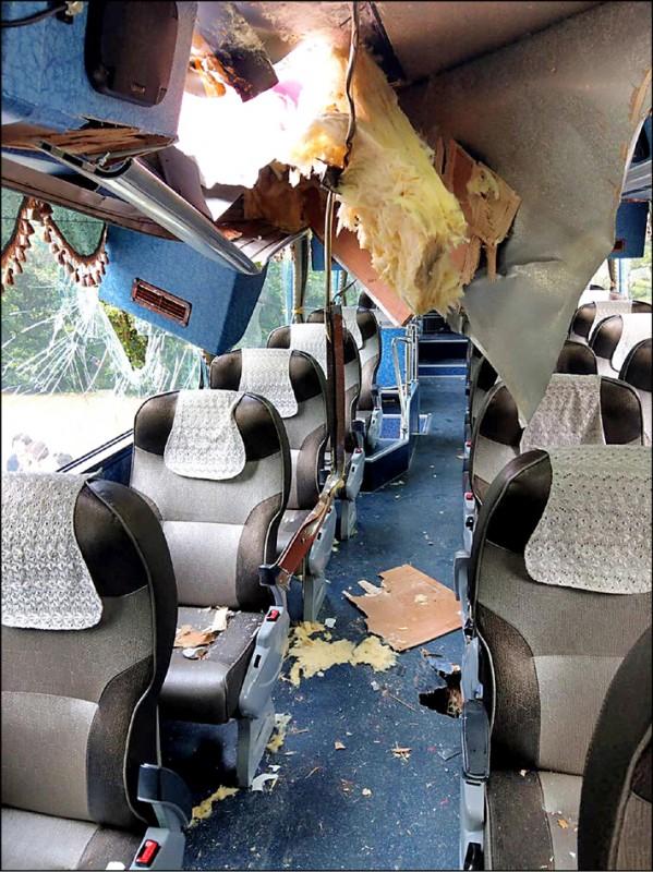 昨有遊覽車行經太魯閣國家公園九曲洞隧道口附近時,遭到2顆落石襲擊,石塊砸穿車頂。(記者王峻祺翻攝)