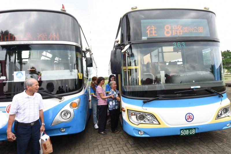 為方便長者和偏鄉民眾搭乘公車,縣府今年3月26日開闙8路公車路網通往全縣9個人口少、老人多的極限村落。(記者張聰秋翻攝)