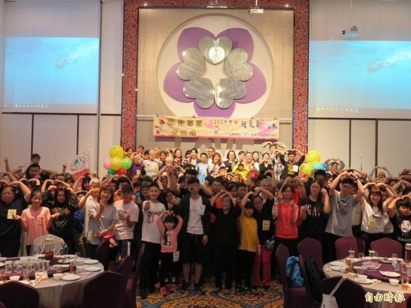 台中市北區家扶中心舉辦相見歡活動,吸引約220位認養人及受扶兒少參與。(記者歐素美攝)