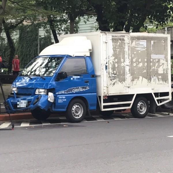 疑搶快闖紅燈 貨車追撞3機車2人傷