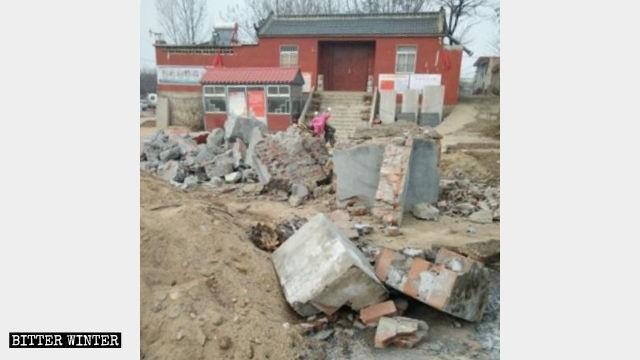 北鞏莊寺廟香爐被砸毀。(圖擷取自《寒冬》雜誌)