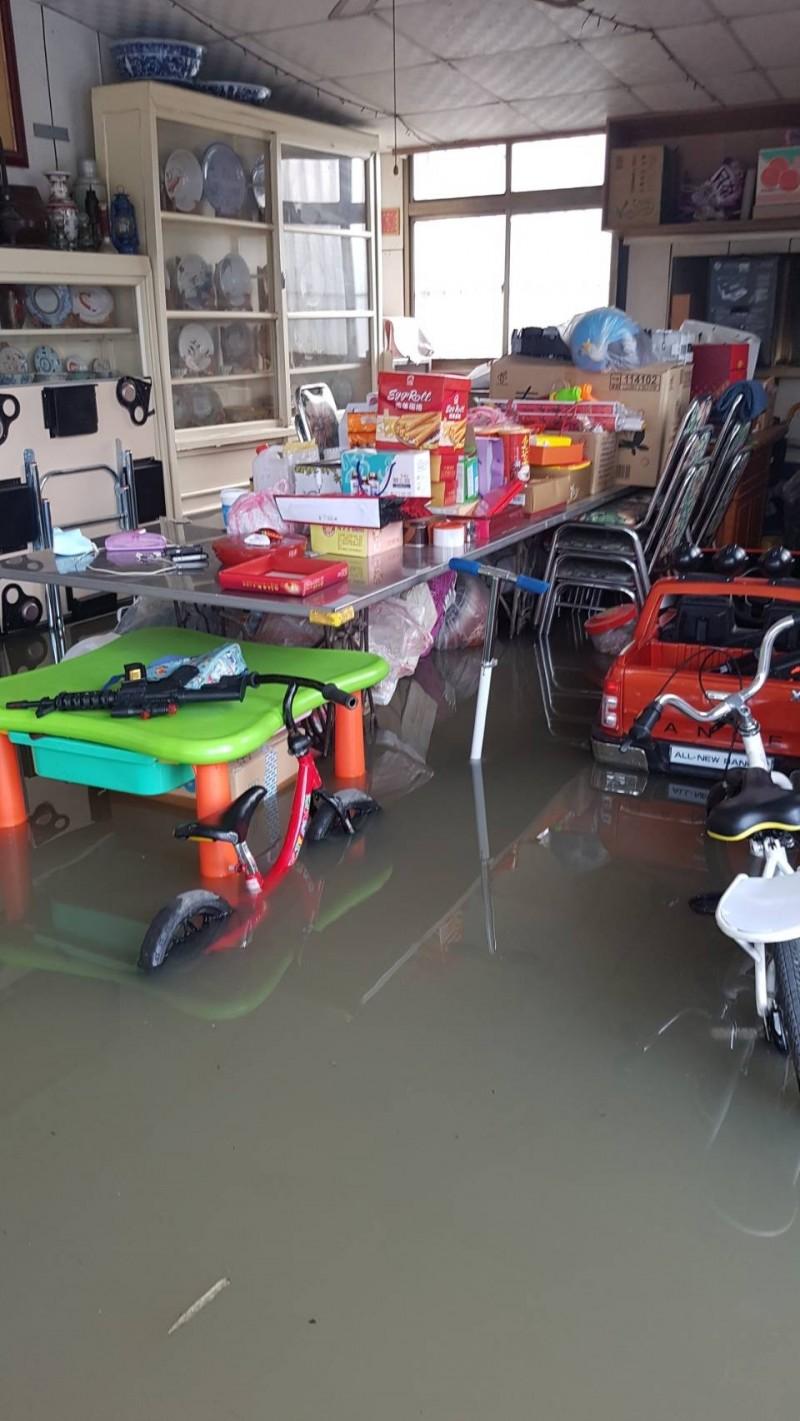 新竹縣芎林鄉文林村5戶民宅今天凌晨的暴雨過後變成水鄉澤國。(圖由鄧煥源提供)