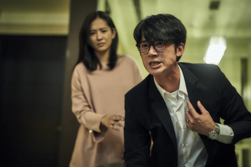 公視夯劇《我們與惡的距離》叫好又叫座,在台灣引起廣泛討論。圖為吳慷仁在《我們與惡的距離》中飾演法扶律師。(CATCHPLAY提供)