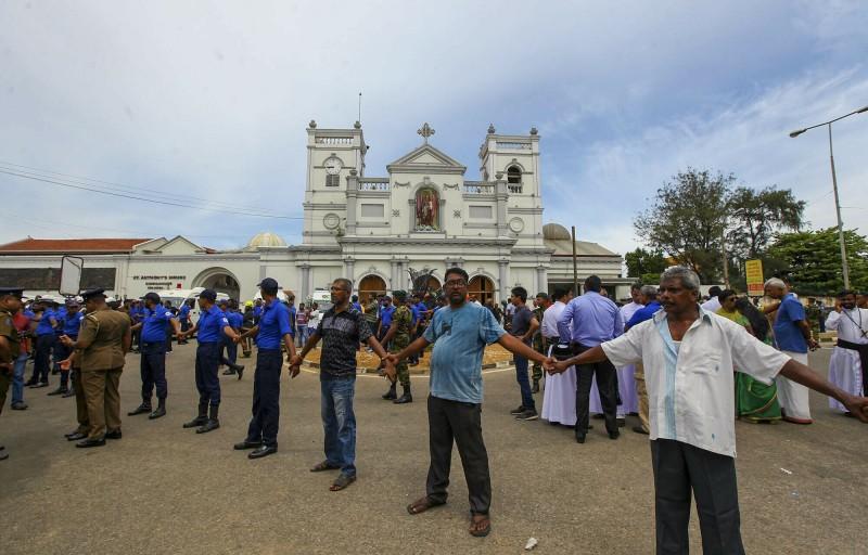 爆炸發生後,斯里蘭卡警方在聖安東尼教堂外拉起人牆確保安全。(美聯社)