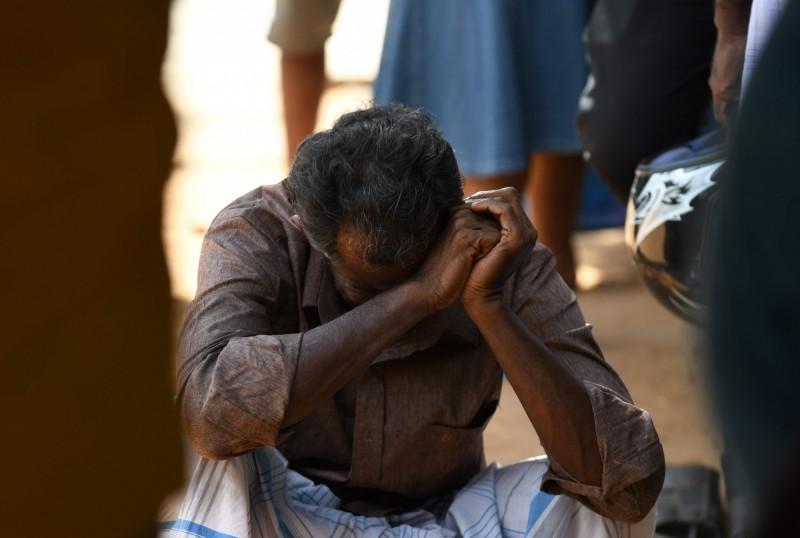 一名罹難者家屬在斯里蘭卡東部拜蒂克洛的醫院外頭哭泣。(法新社)