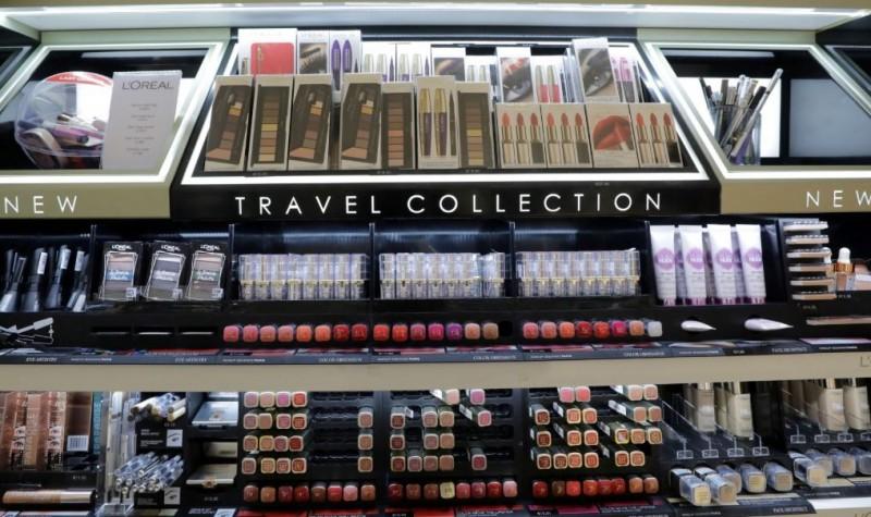 機場裡商品通常會賣得比外面貴,旅客若要省荷包應避免在機場消費。(路透)