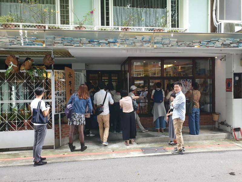 這場活動在水牛書店舉辦,人潮踴躍,不少觀眾只能在門外聽講,這讓羅文嘉驚呼「我們與惡的距離,太壯大了」。(圖擷取自羅文嘉臉書)