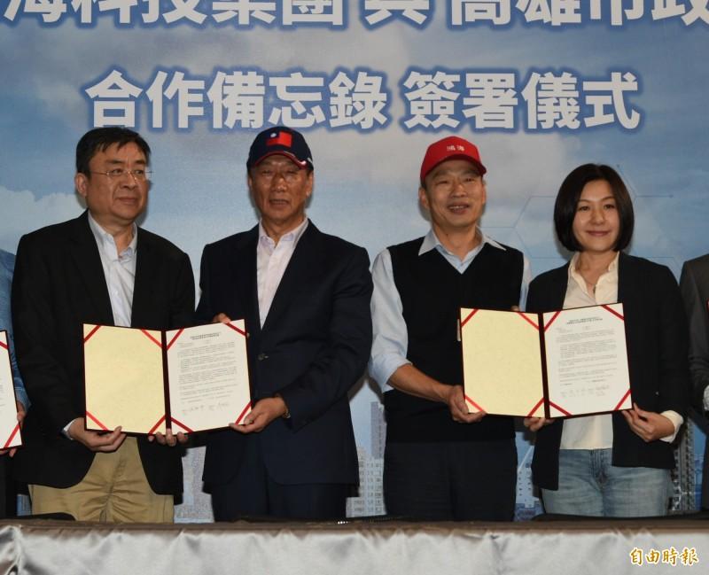 韓國瑜(右二)和郭台銘(左二)在台灣經常戴著印有國旗的帽子公開活動,徐世榮質疑2人的「國家認同真的是中華民國嗎?」(資料照,記者張忠義攝)