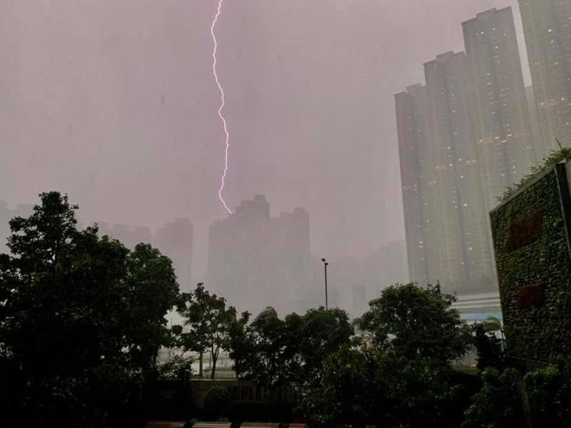 3名香港登山客剛好在落雷期間攀登大澳道象山,其中一名53歲方姓男子不幸遭到雷劈,送醫後宣告不治。(圖擷取自臉書社團「香港突發事故報料區」Andrew Ling)