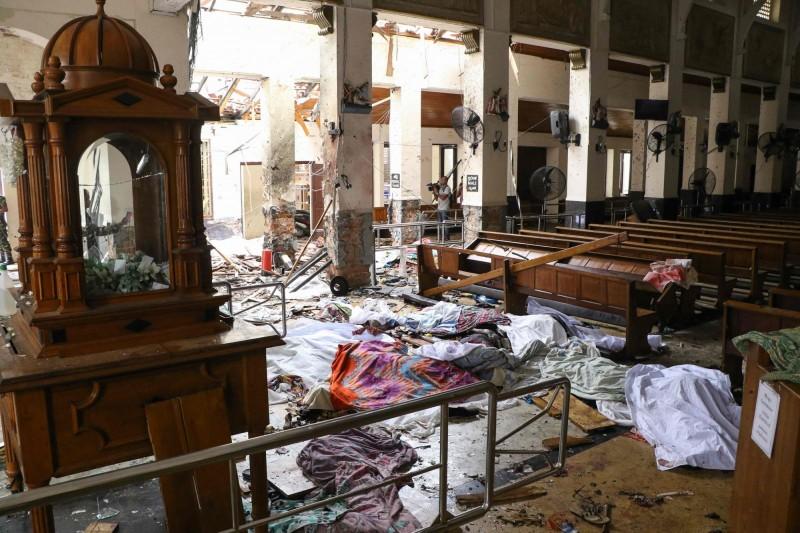 斯里蘭卡位於卡科奇克德的聖安東尼教堂現場滿目瘡痍。(美聯社)