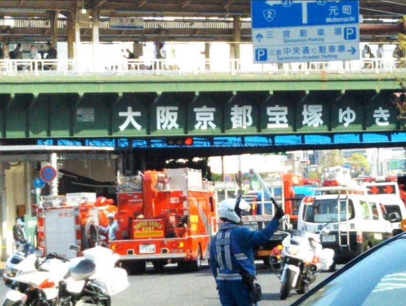 日本神戶市中央區JR三宮站前驚傳公車衝撞斑馬線上的行人,造成1死2命危另有多人受傷,現已啟動大量傷患檢傷機制。(圖擷自@gamefair123推特)
