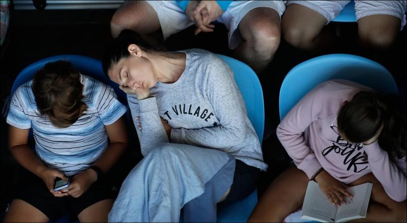 近年研究發現,睡眠期間可發生被稱為「制約作用」的基本學習形式。圖為澳洲網球公開賽場邊睡著的觀眾。(美聯社檔案照)