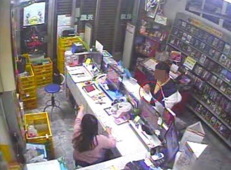 失業蔡男連偷6家彩券行刮165張彩券,行竊過程監視器全都錄。(記者陳文嬋翻攝)