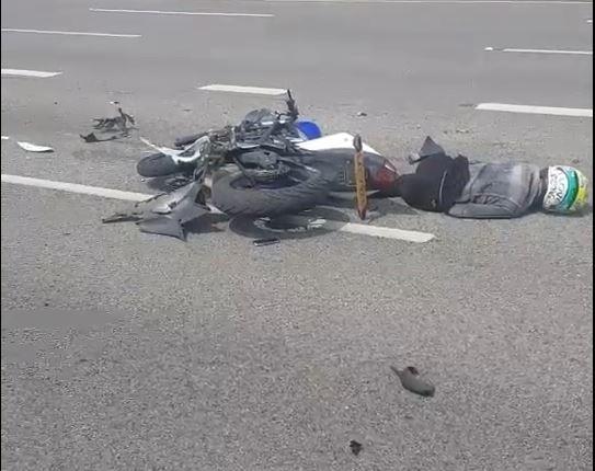 李姓騎士騎乘黃牌重機違規上國道,追撞油罐車慘死。(記者鄭名翔翻攝)