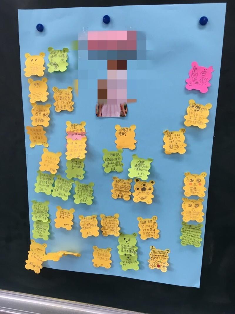 校方今天啟動悲傷輔導機制,學童紛紛寫下對逝去同學的思念。(記者陳心瑜翻攝)