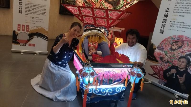 工藝師吳登興夫婦為兒子打造一輛全台獨一無二的藝閣車,也將參加遶境。(記者廖淑玲攝)