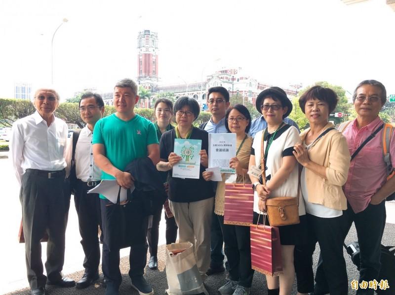 4月22日是世界地球日,「全國NGOs環境會議」代表團體今天前往總統府與總統蔡英文及各部會首長會面討論12項環境議題。(記者蕭玗欣攝)