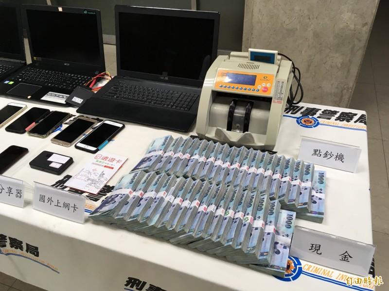 刑事局警方搜出詐團358萬元現金。(記者姚岳宏攝)