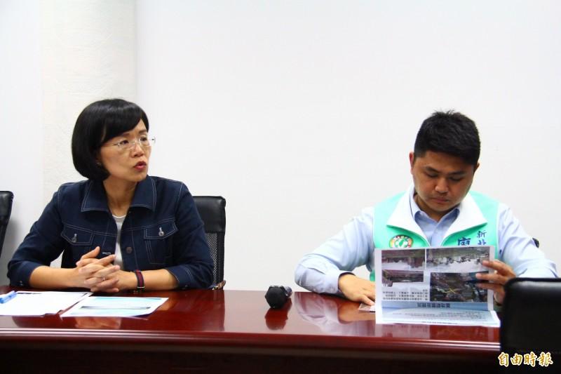 蘇巧慧(右)與議員廖宜琨針對台鐵舊員工宿舍用地活化給予意見。(記者邱書昱攝)
