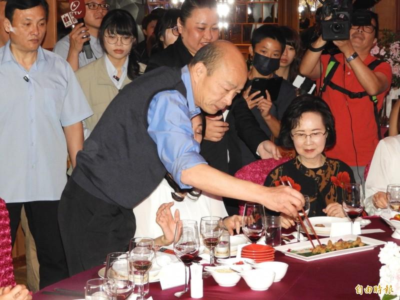 韓國瑜為瓊瑤(右)夾菜。(記者葛祐豪攝)
