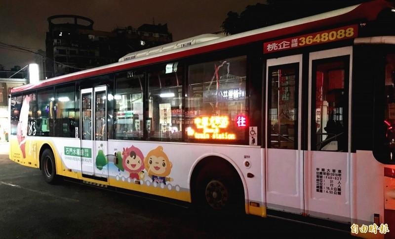「台灣好行」原親子樂園線5月1日起改為石門水庫線,車身跟著換妝宣傳。(記者李容萍攝)