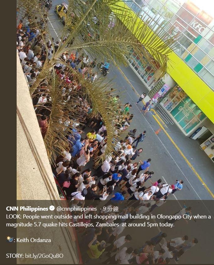 菲律賓發生規模6.1地震,當地民眾走出建築物躲避。(擷取自CNN Philippines)