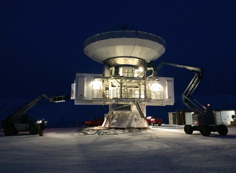 這座位在格陵蘭的電波望遠鏡重達200公噸,高度達20公尺將近6層樓高,主鏡面直徑12公尺,為的就是要接收來自宇宙的各種訊號。(陳明堂提供)