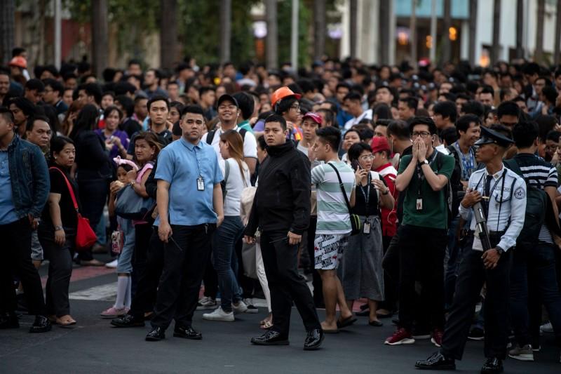 菲律賓呂宋島發生規模6.1地震,民眾離開建築物到外頭避難。(法新社)