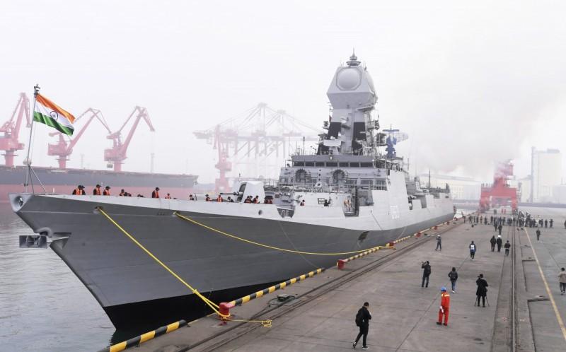 印度海軍匿蹤飛彈驅逐艦「加爾各答號」前往青島時經由台灣海峽北上。(美聯社)